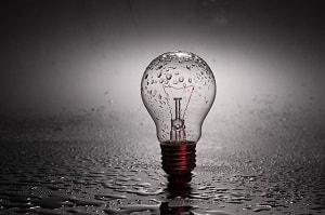 Lupenbrille mit Licht Titelbild. LED Glühbirne im Dunklen